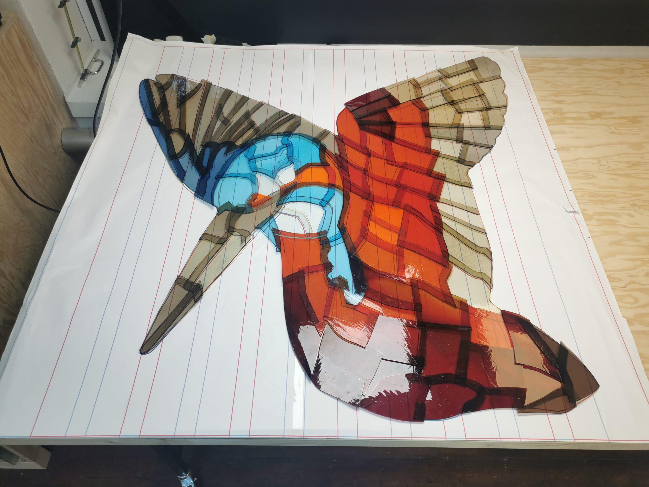 Das Bild zeigt wie der Eisvogel auf die Glasstreifen angebracht wird.