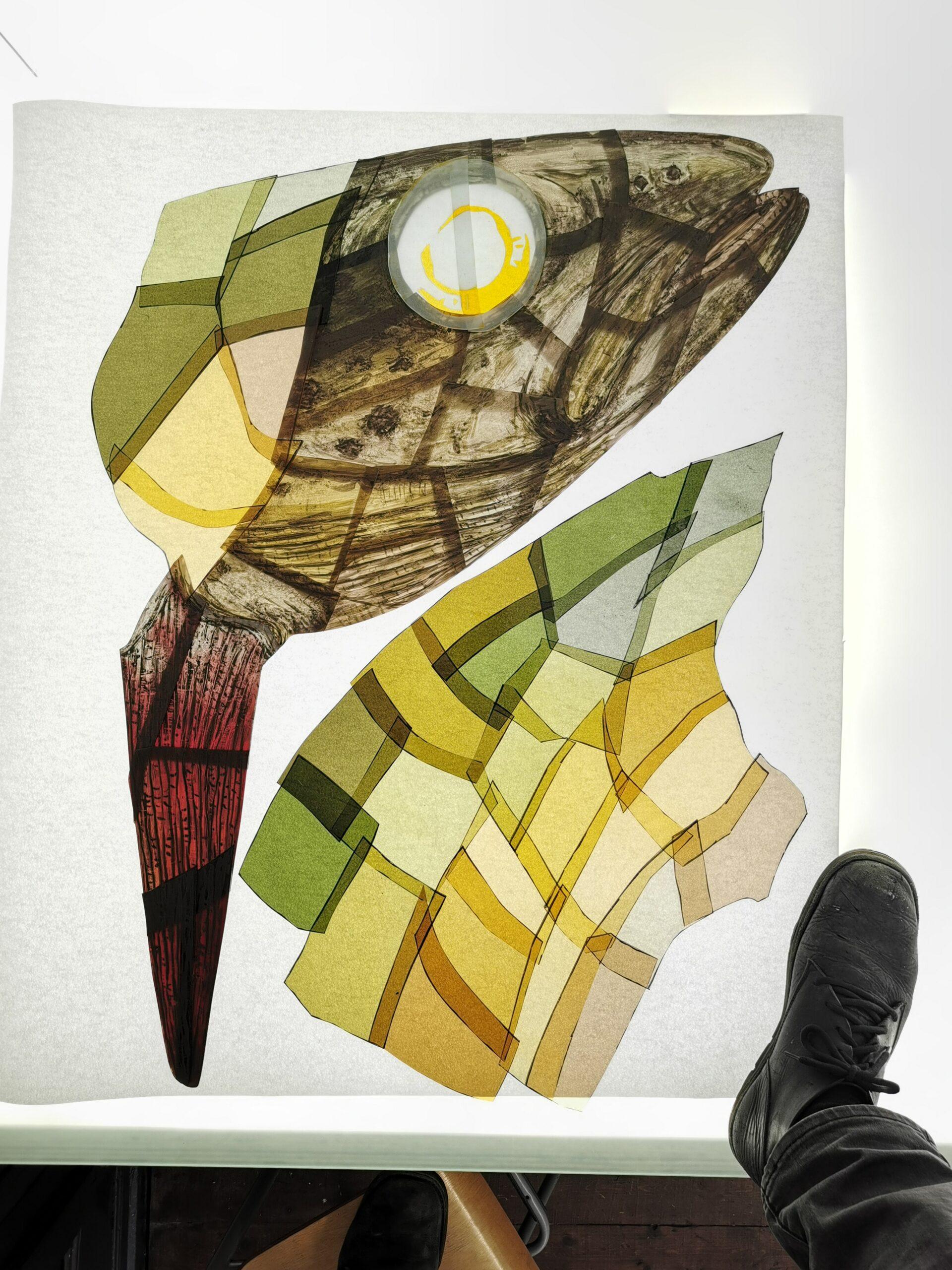 Das Bild zeigt wie die Bachforelle auf die unterschiedlich gefärbten Glasplatten gemalt wird.
