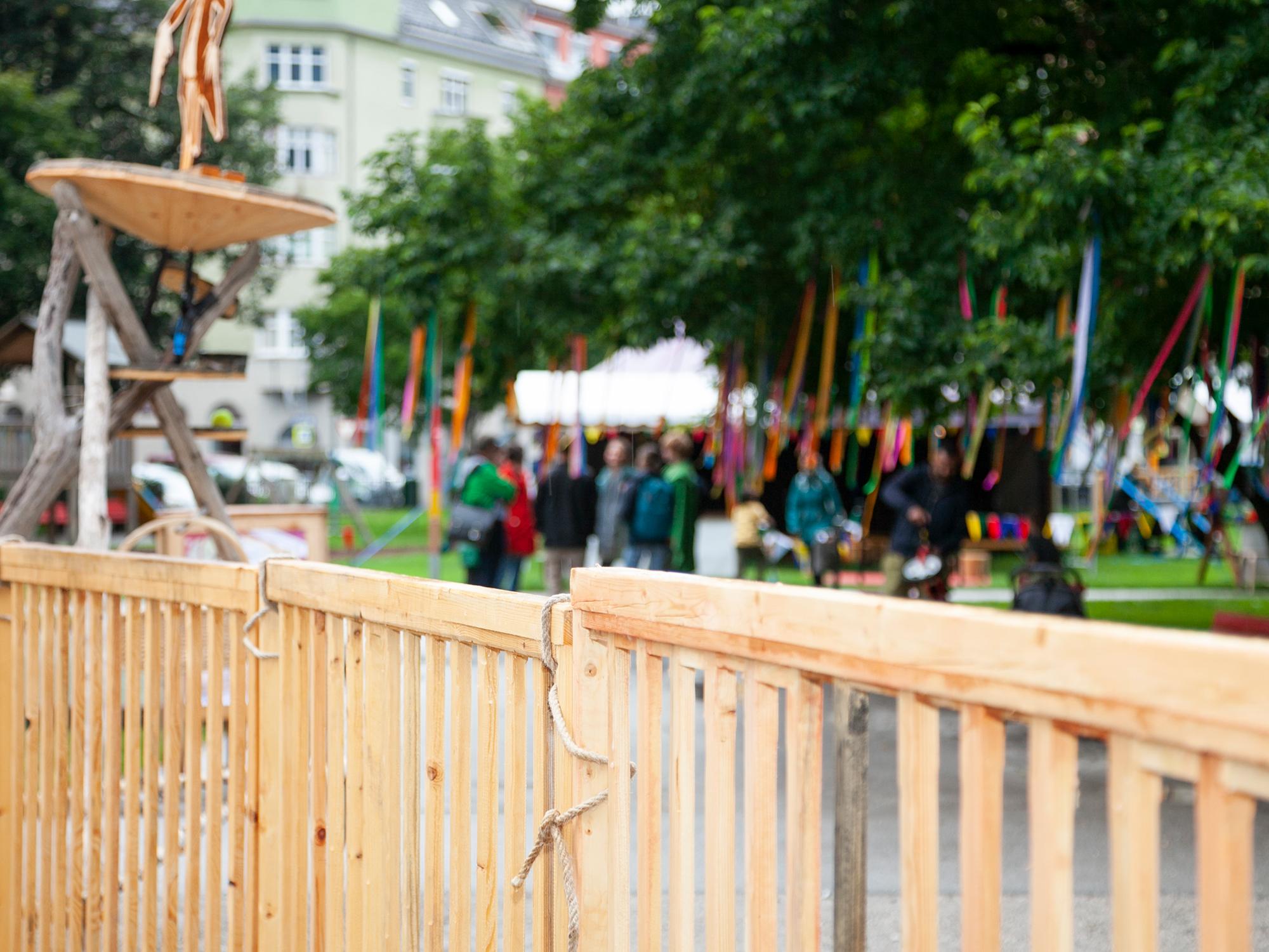 Selbstgebaute Zäune am Krapoldi Festival.