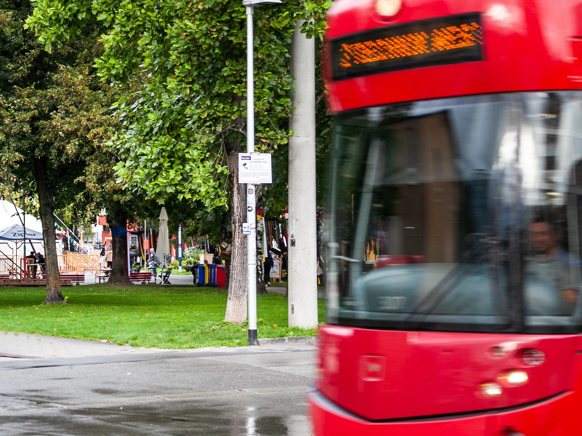 Eine Straßenbahn fährt am Rapoldipark vorbei.